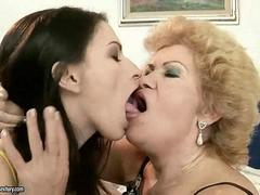 Granny with an ugly face gets her cunt pussy licked