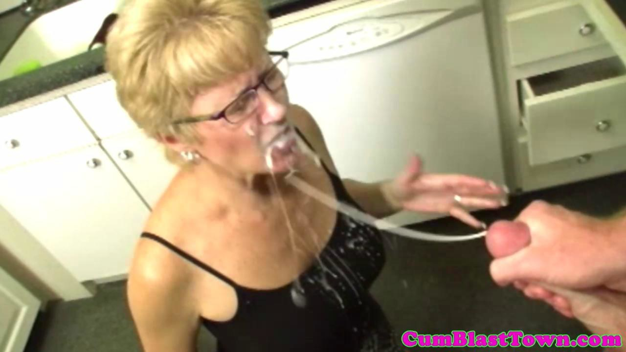 Spex tranny toying her ass with dildo